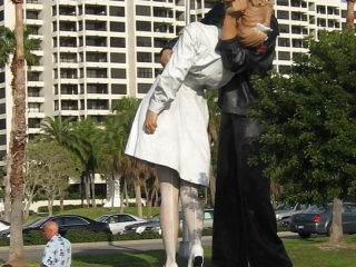 25-foot tall statue of a WW II sailor kissing a nurse