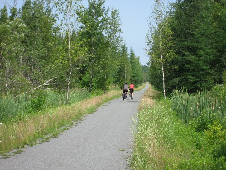 Cyclists on the Estriade Trail