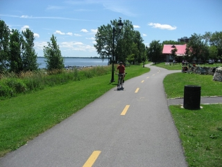 bike path next to St-Lawrence River