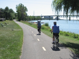 bike path on South Shore next to the St-Lawrence River.