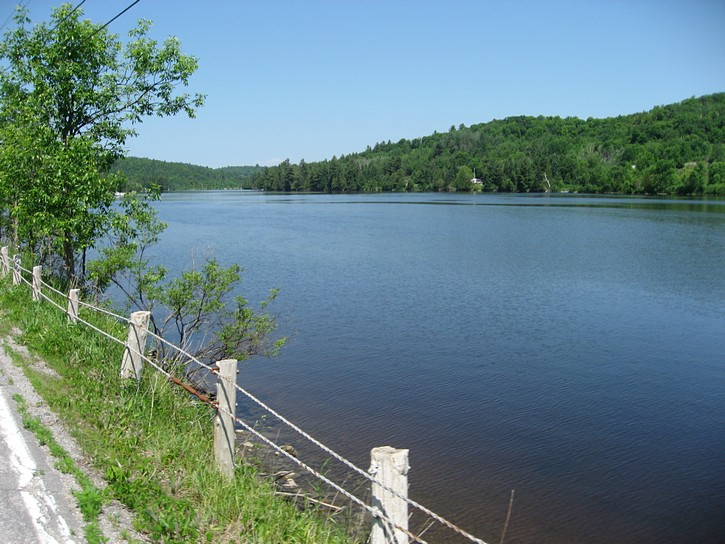 Chemin de la Riviere next to the Gatineau River